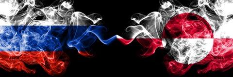 Rus versus zij aan zij geplaatste de rookvlaggen van Groenland Dik gekleurde zijdeachtige rookvlaggen van Rusland en Groenland royalty-vrije illustratie