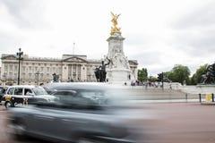 Rusa bil på Victoria Memorial framme av Buckingham Palace i London England royaltyfri foto