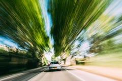 Rusa bilen på en huvudväg, land Asphalt Road Bac för rörelsesuddighet Fotografering för Bildbyråer
