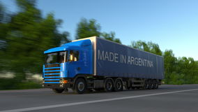Rusa den halva lastbilen för frakter med GJORT I den ARGENTINA överskriften på släpet Väglasttrans. framförande 3d Arkivfoton