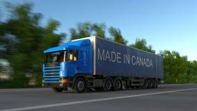 Rusa den halva lastbilen för frakter med GJORT I den KANADA överskriften på släpet arkivfilmer