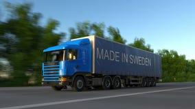 Rusa den halva lastbilen för frakter med GJORT I den SVERIGE överskriften på släpet Väglasttrans. Sömlöst gem för ögla 4K arkivfilmer