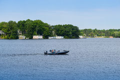 Rusa det motoriska fartyget och sjöboder Fotografering för Bildbyråer