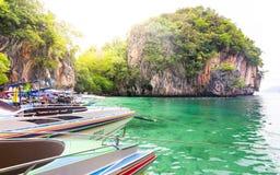 Rusa fartyg på det härliga havet på paradisön Koh Lao Lad royaltyfri bild