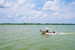 Rusa fartyget på floden i sommardag med klar blå himmel arkivbilder