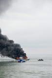 Rusa fartyget på brand i Tarakan, Indonesien Arkivbilder