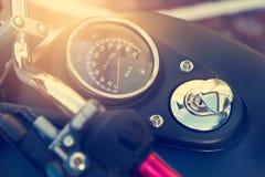 Rusa måttet och bränslemåttet på den gamla tappningmotorcykeln Arkivbilder