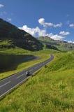 Rusa mopeden på bergvägen i Skottland Royaltyfri Foto
