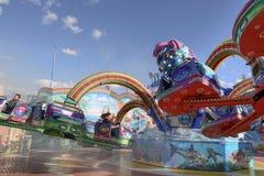 Rusa och ånga, i att rulla den octopussy karusellen på Oktoberfest, Arkivfoton
