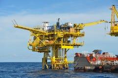 Rusa och dra fartyget i det öppna havet, fossila bränslenplattform i golfen eller havet, världsenergin, frånlands- olja och riggk arkivfoton