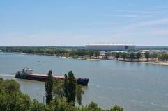 Rusa på bakgrunden av den stadion`-Rostov-arenan `en som byggs för den FIFA världscupen 2018 i Rostov-On-Don arkivfoton