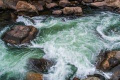 Rusa strömflodvatten till och med den elva mil kanjonen Colorado Royaltyfri Foto