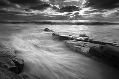 Rusa tidvatten på Windansea-svart och vit Royaltyfri Bild