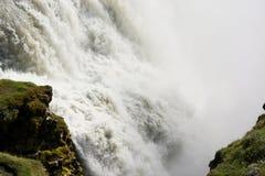 Rusa vatten av den Gullfoss (guld- nedgångar) vattenfallet, Island Arkivfoto