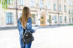 Rusar folket för jobb för lärare för start för tillfällig kläder för grov bomullstvilljeans sommarbegrepp Dra tillbaka bak för si royaltyfri foto
