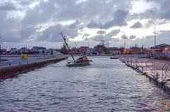 Rusat fartyg i hamn fotografering för bildbyråer