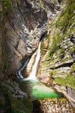 Ruscello di pietra del fiume dell'acqua della cascata fotografie stock