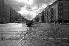 Rushhour avec des cyclistes au jour image stock