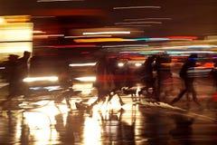 Rushhour avec des cyclistes la nuit photo stock