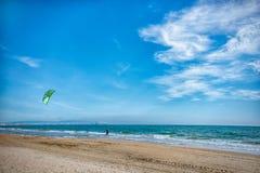 Rusia Anapa 12 07 2018 Skydiver en la playa en un día soleado imagenes de archivo