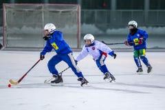 RUSIA, ARKHANGELSK - 14 DE DICIEMBRE DE 2014: la liga de hockey bandy, Rusia de los 1ros niños de la etapa Imagen de archivo