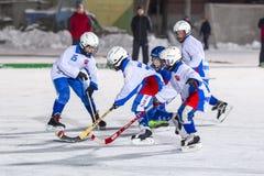RUSIA, ARKHANGELSK - 14 DE DICIEMBRE DE 2014: la liga de hockey bandy, Rusia de los 1ros niños de la etapa Fotos de archivo libres de regalías