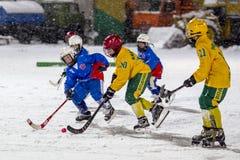 RUSIA, ARKHANGELSK - 14 DE DICIEMBRE DE 2014: la liga de hockey bandy, Rusia de los 1ros niños de la etapa Fotografía de archivo