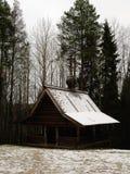 Rusia - Arkhangelsk - museo al aire libre en invierno - capilla de madera cristiana ortodoxa histórica de Forest Park del suburbi Fotos de archivo libres de regalías