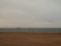Rusia, Arkhangelsk, río septentrional de Dvina - playa arenosa y barco del tirón en el día del otoño Imágenes de archivo libres de regalías