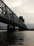 Rusia - Arkhangelsk - río septentrional de Dvina - puente de drenaje en el día del otoño - visión cercana Fotos de archivo