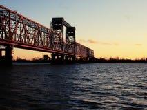 Rusia - Arkhangelsk - río septentrional de Dvina - puente de drenaje en la puesta del sol fotos de archivo libres de regalías