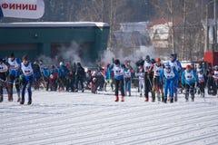 Rusia Berezniki adultos y niños del 11 de marzo de 2018 antes de competencias del esquí Imagen editorial área de Rusia Imagen de archivo