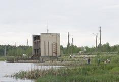 Rusia Berezniki 17 de junio de 2017: los pescadores en la presa Fotografía de archivo