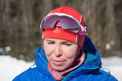 Rusia Berezniki 11 de marzo de 2018: Ekaterina Shumilova de Rusia celebra el primer lugar en la taza del sprint foto de archivo