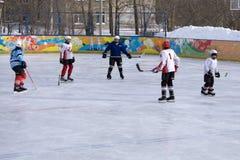 Rusia Berezniki 13 de marzo de 2018: el partido era una liga de hockey occidental WHL con la participación de los guerreros en ma fotografía de archivo libre de regalías