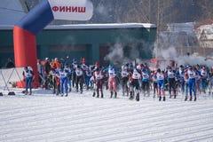 Rusia Berezniki 11 de marzo de 2018: hombres totales del comienzo 15 kilómetros Skiathlon 15 kilómetros en los juegos de olimpiad imagen de archivo