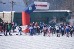 Rusia Berezniki 11 de marzo de 2018: las clases de los esquiadores comienzan en el maratón del ` s de los hombres en los Juegos O imagenes de archivo