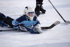 Rusia Berezniki 13 de marzo de 2018: portero en la acción durante juego del grupo B del hockey sobre hielo contra el palacio de d imagenes de archivo