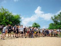 RUSIA, Bryansk - 30 de junio de 2018: Raza de obstáculo Atletas al principio fotos de archivo