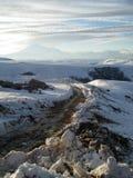 Rusia, Caucasia Camino y nieve en el fondo de la montaña y del cielo azul, visión vertical Fotografía de archivo