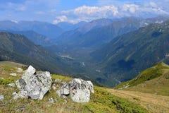 Rusia caucasus Arkhyz Monta?as en oto?o temprano fotos de archivo