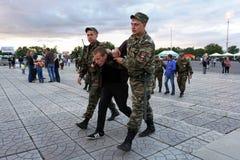 Rusia, ciudad de Magnitogorsk, - agosto, 7, 2015 Escolta policial rusa el delincuente alegado a la salida de la plaza Ley fotos de archivo