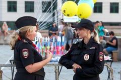 Rusia, ciudad de Magnitogorsk, - agosto, 12, 2016 Las muchachas son policía rusa durante patrullas de la calle Policía rusa imagen de archivo