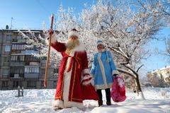 Rusia, ciudad de Magnitogorsk, - enero, 3, 2012 Papá Noel eslavo imagen de archivo libre de regalías