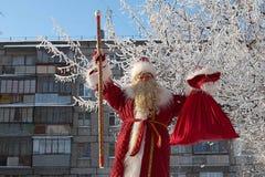 Rusia, ciudad de Magnitogorsk, - enero, 3, 2012 Papá Noel eslavo fotografía de archivo