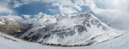 Rusia. El Cáucaso. Paisaje de la montaña. Panorama Foto de archivo