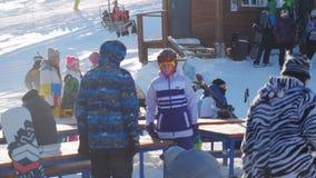 Rusia, el 17 de noviembre de 2015 Muchedumbre de gente en la estación de esquí de Sheregesh en el día de invierno soleado Imagenes de archivo