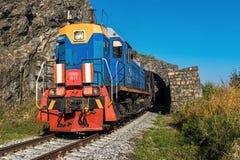 Rusia, el 15 de septiembre, tren turístico monta a través del túnel encendido Foto de archivo