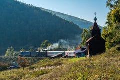 Rusia, el 15 de septiembre, tren turístico se coloca en el Angasolka viejo Imagenes de archivo