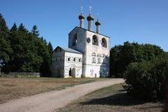 Rusia. El monasterio de Borisoglebsky. Un campanario de una iglesia. Fotografía de archivo libre de regalías
